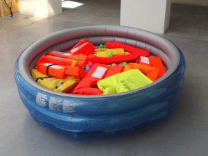 installation piscine gonflable et gilets de sauvetage